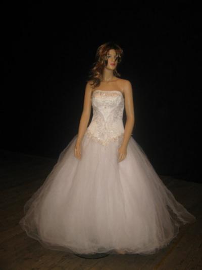 Цвет: Белый.  Без шлейфа.  Корсет платья декорирован вышивкой из бисера и страз.